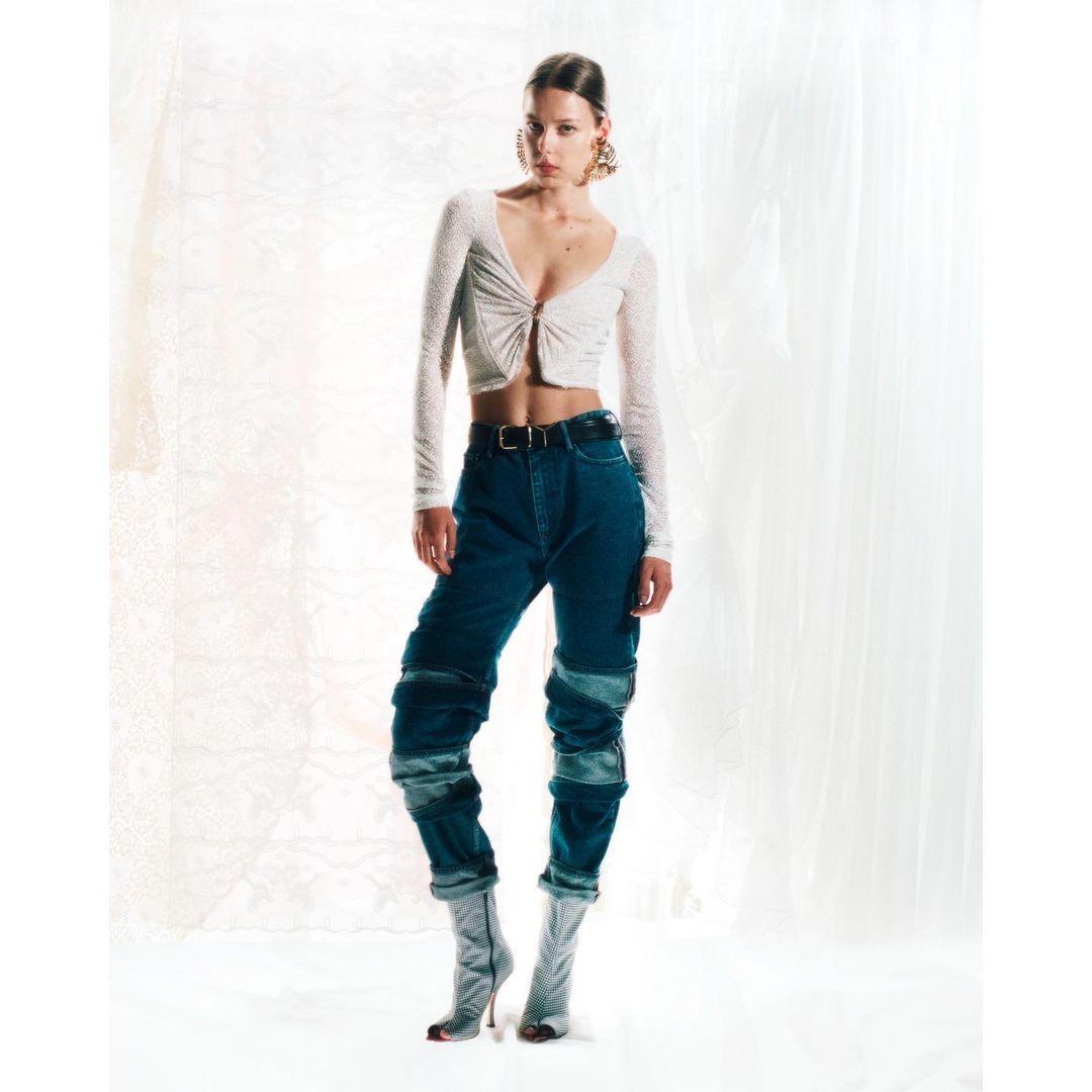 """Культурный символ: 6 самых стильных моделей джинсов сезона """"осень-зима"""" 2021/22-Фото 7"""