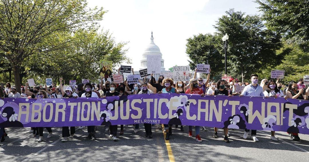 Беременная Дженнифер Лоуренс приняла участие в митинге за право женщин на аборт-Фото 2