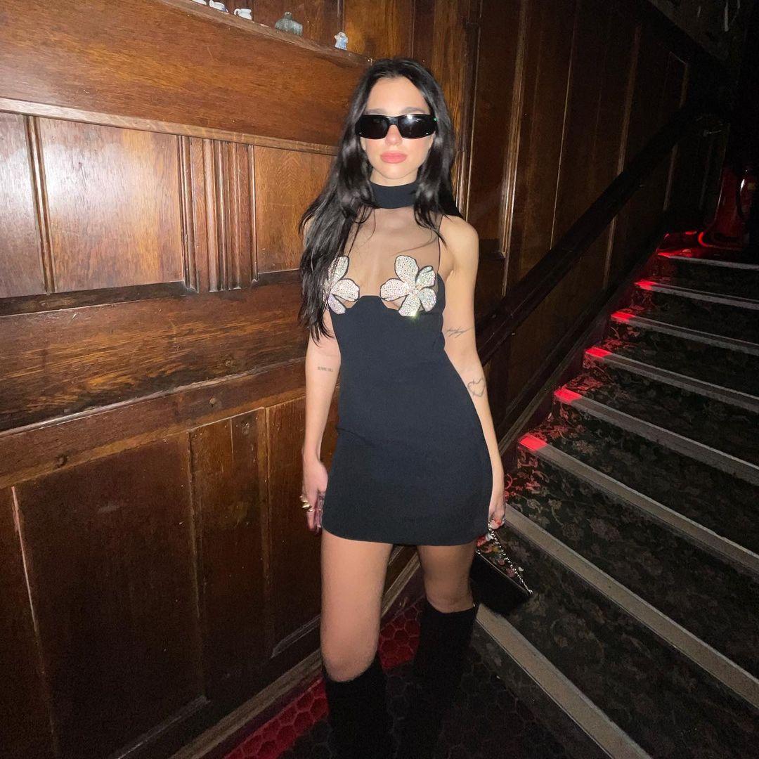 Дуа Липа удивила своим экстравагантным нарядом на вечеринке в Лондоне-Фото 2