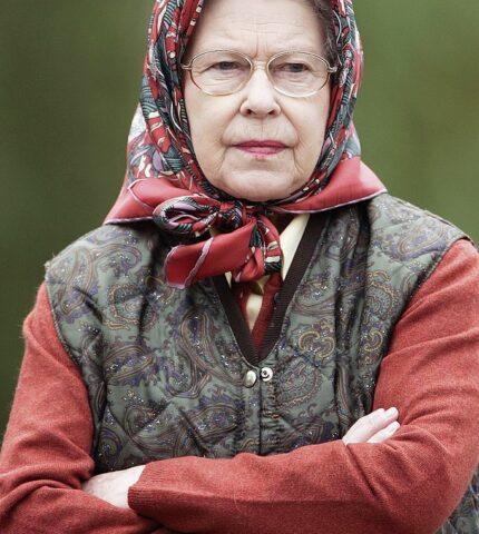 Белла Хадид и королева Елизавета II демонстрируют самую модную куртку осени 2021-430x480