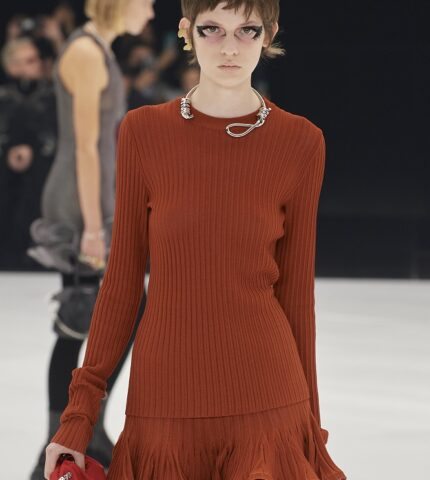 Модный скандал: Бренд Givenchy обвиняют вгламуризациисуицида-430x480